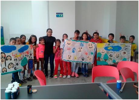 Niños y niñas del municipio de Santa Rosa de Osos con su promotora de derechos